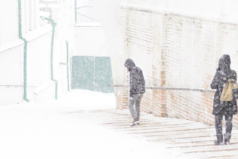 Gente que camina en la calle foto de archivo
