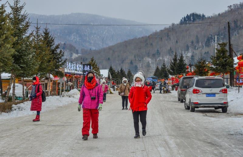 Gente que camina en la calle de la ciudad de la montaña foto de archivo libre de regalías