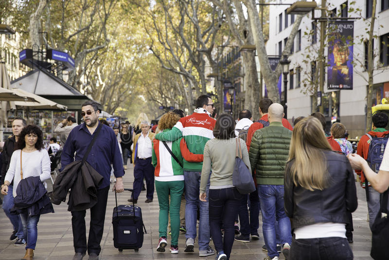 Gente que camina en la calle de Rambla del la El La Rambla es una calle en Barcelona central foto de archivo libre de regalías