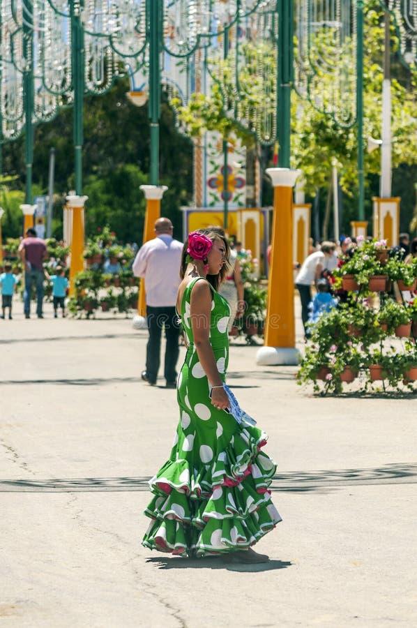 Gente que camina en la feria foto de archivo libre de regalías