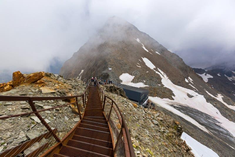 Gente que camina en la plataforma de la visión del puesto de observación de Stubai sobre el glaciar de Stubai en el Tyrol, Austri imagenes de archivo