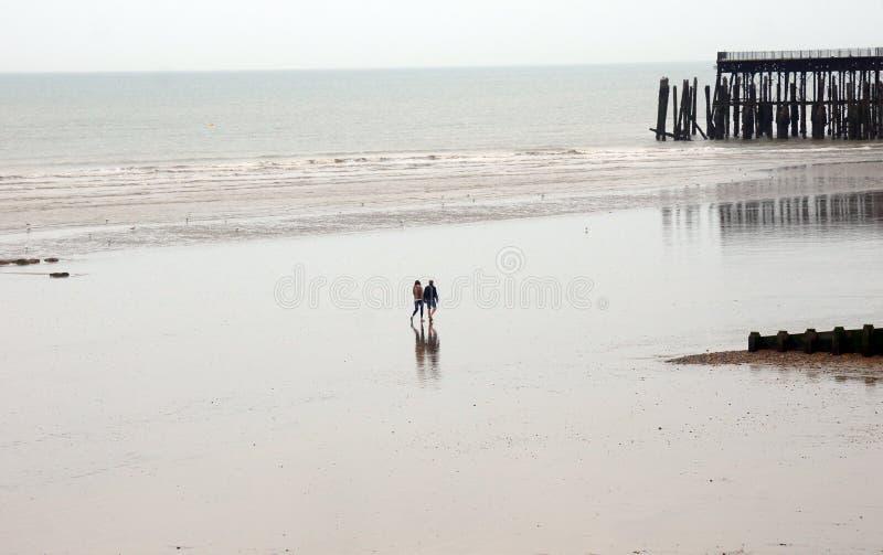 Gente que camina en la playa grande fotografía de archivo