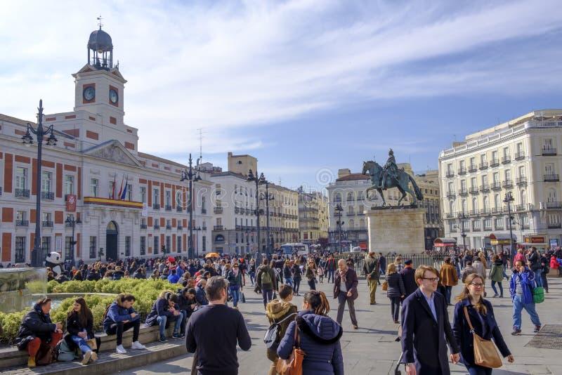 Gente que camina en la plaza del Sol, Madrid imagen de archivo libre de regalías