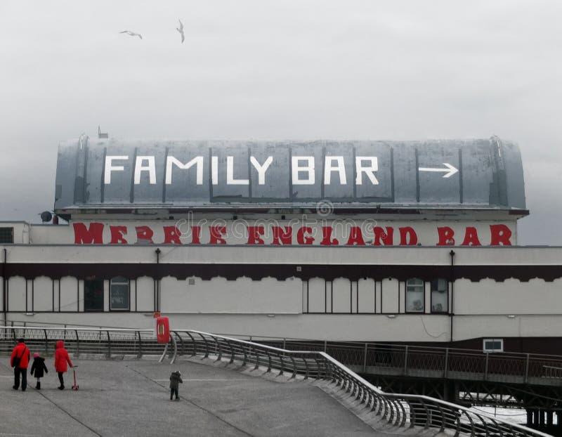 Gente que camina en la 'promenade' en Blackpool en un día de inviernos hacia la barra del norte famosa de Inglaterra del merrie d imagen de archivo libre de regalías