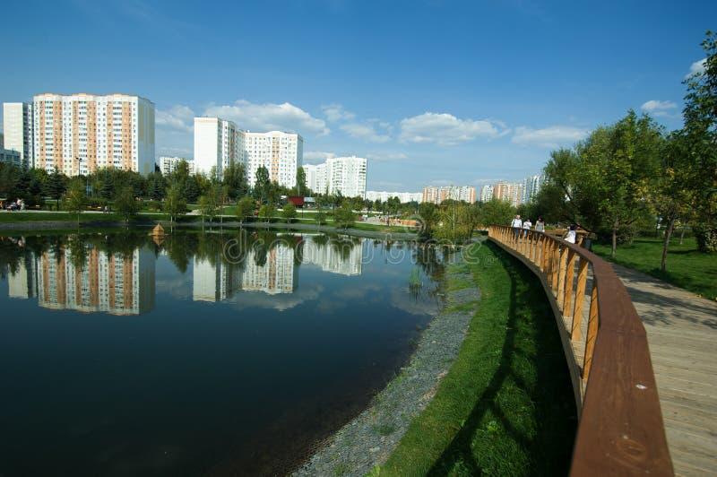 Gente que camina en la trayectoria de madera en el parque de Butovo, Moscú, Rusia foto de archivo libre de regalías