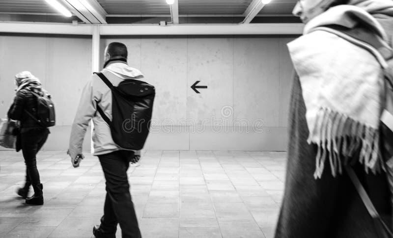 gente que camina en la trayectoria temporal dentro del Aeroport Barcelona fotos de archivo