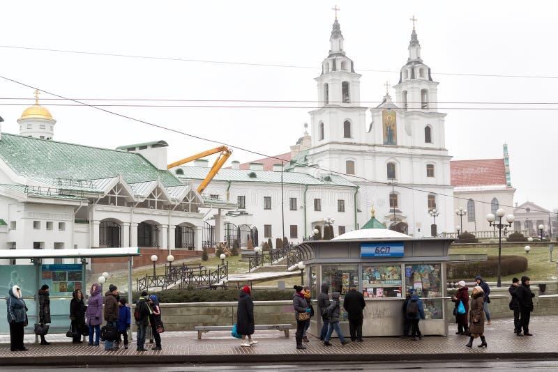 Gente que camina en las calles en Minsk, Bielorrusia foto de archivo libre de regalías