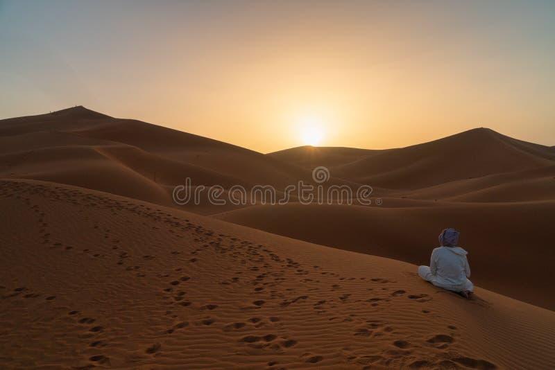 Gente que camina en las dunas hermosas de la salida del sol del desierto de Namib, Sossusvlei, Namibia, Suráfrica imágenes de archivo libres de regalías