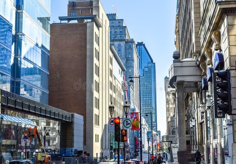Gente que camina en Montreal en el centro de la ciudad foto de archivo libre de regalías