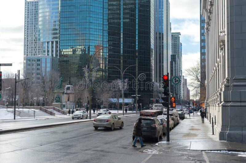 Gente que camina en Montreal en el centro de la ciudad en Montreal foto de archivo