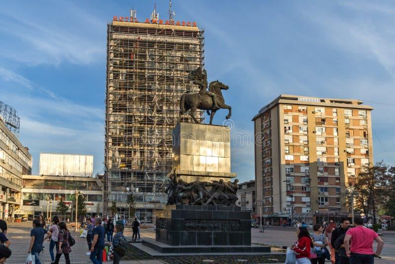 Gente que camina en rey Milan Square en la ciudad del Nis, Serbia imagen de archivo