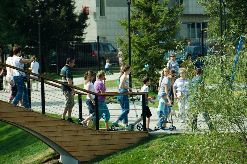 Gente que camina en un puente en el parque de Butovo, Moscú, Rusia fotografía de archivo