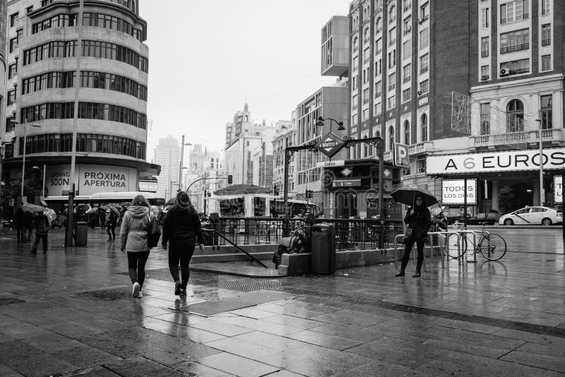 Gente que camina en una calle comercial foto de archivo