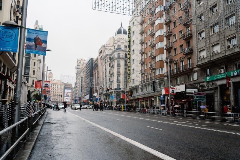 Gente que camina en una calle comercial fotos de archivo