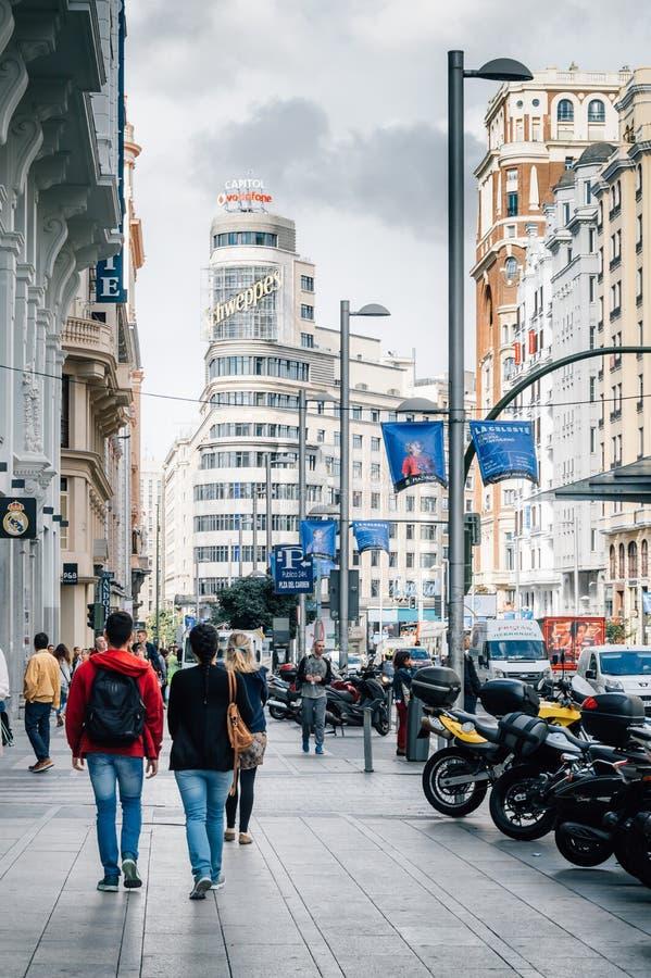 Gente que camina en una calle comercial imágenes de archivo libres de regalías