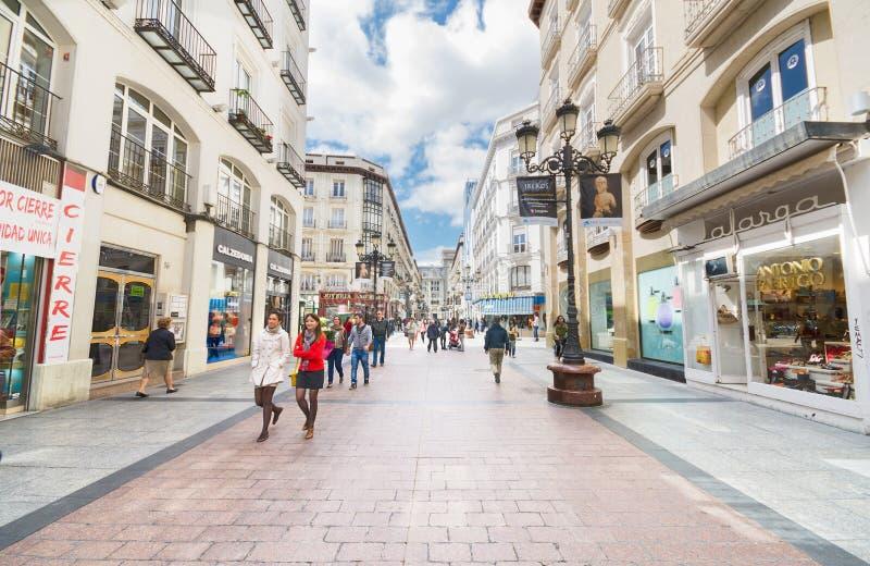 Gente que camina en una calle comercial famosa en Zaragoza, España el 20 de mayo de 2013 imagen de archivo