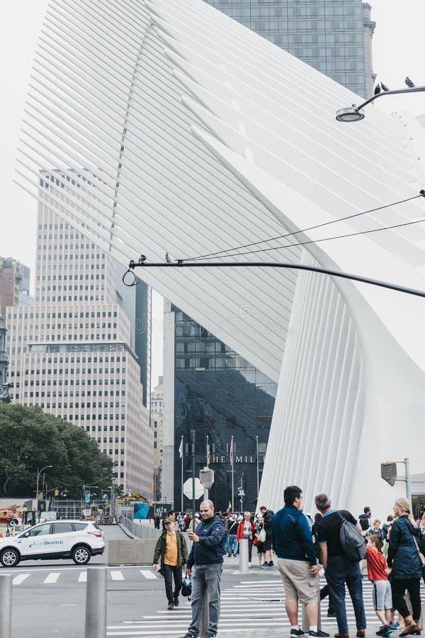 Gente que camina hacia el World Trade Center de Westfield, Manhattan, imagenes de archivo