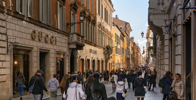Gente que camina a lo largo de la avenida elegante de las compras vía di Condotti fotos de archivo