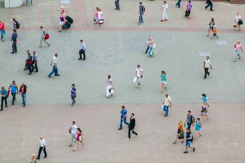 Gente que camina a lo largo del cuadrado, escena aérea Vida de los turistas en Minsk foto de archivo libre de regalías