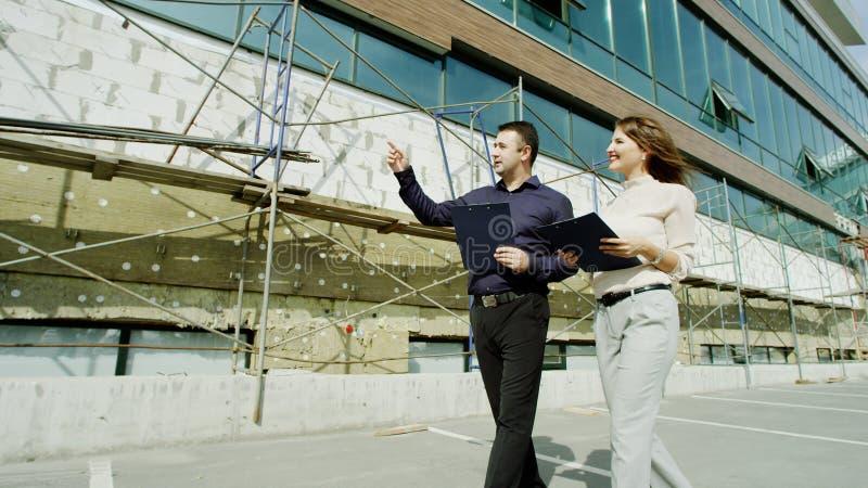 Gente que camina a lo largo del edificio imagen de archivo libre de regalías