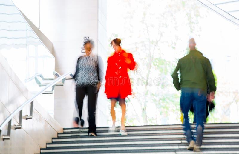 Gente que camina para arriba a las escaleras, fondo de la falta de definición LondonPeople que camina para arriba a las escaleras imagen de archivo