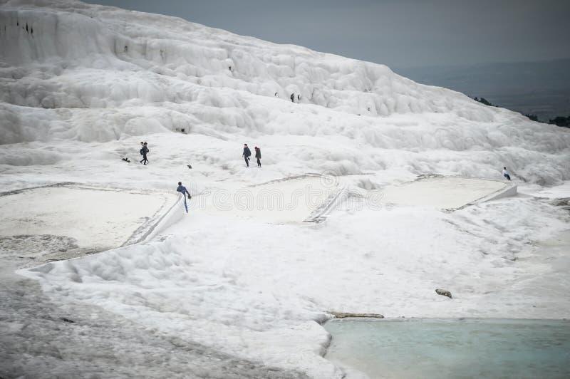Gente que camina para ver el castillo del algodón en Pamukkale imagenes de archivo
