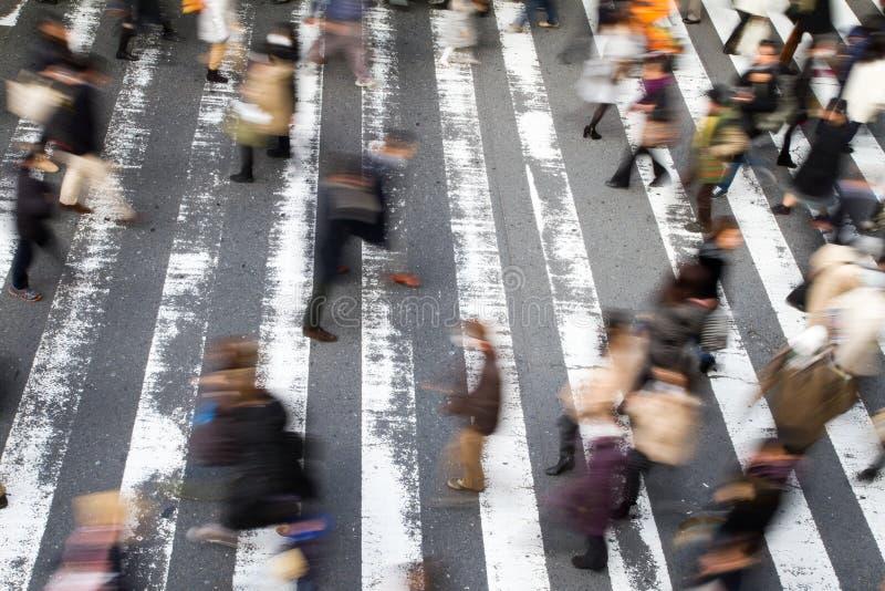 Gente que camina sobre un paso de peatones foto de archivo