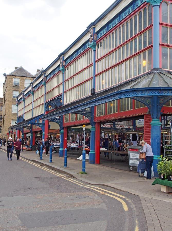 Gente que camina y que hace compras en el mercado de Huddersfield en West Yorkshire imagenes de archivo
