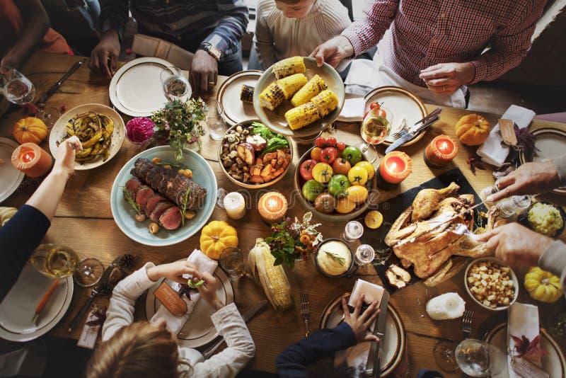 Gente que celebra concepto de la tradición del Día de Acción de Gracias fotos de archivo