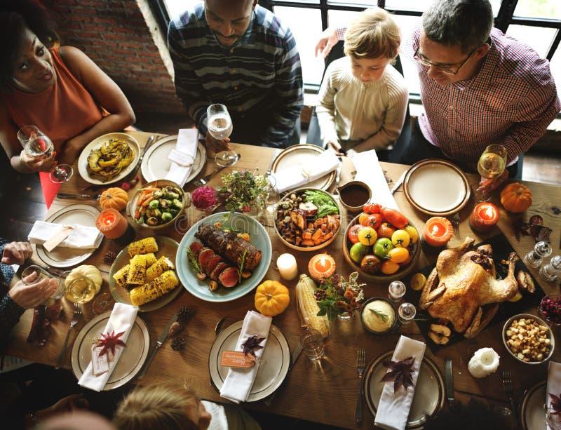 Gente que celebra concepto de la tradición del Día de Acción de Gracias fotografía de archivo