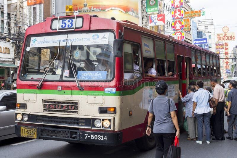 Gente que coge un autobús en Chinatown, Bangkok, Tailandia imagen de archivo libre de regalías