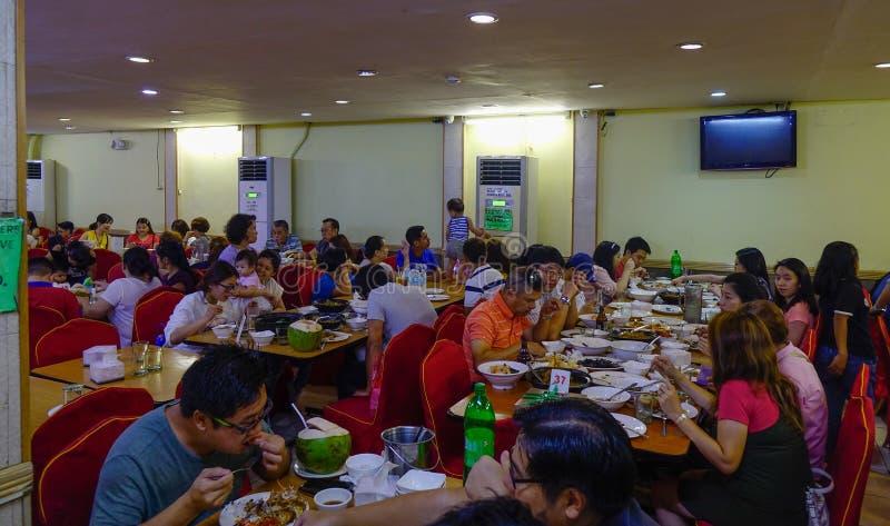Gente que come en el restaurante de los mariscos fotografía de archivo