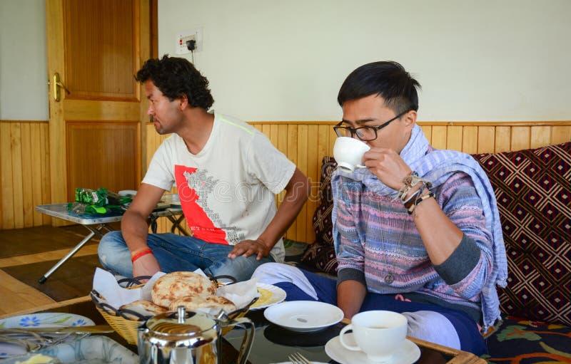 Gente que come en el restaurante local en Leh, la India fotos de archivo