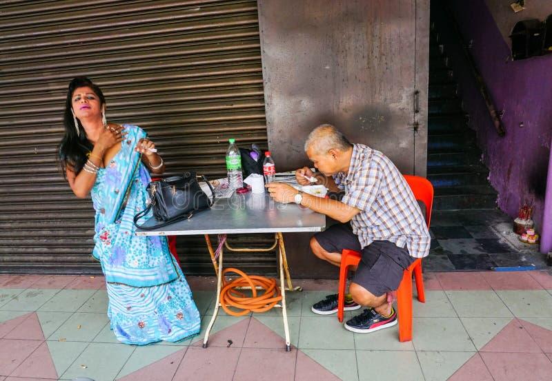 Gente que come las comidas de la calle en Kuala Lumpur fotos de archivo libres de regalías