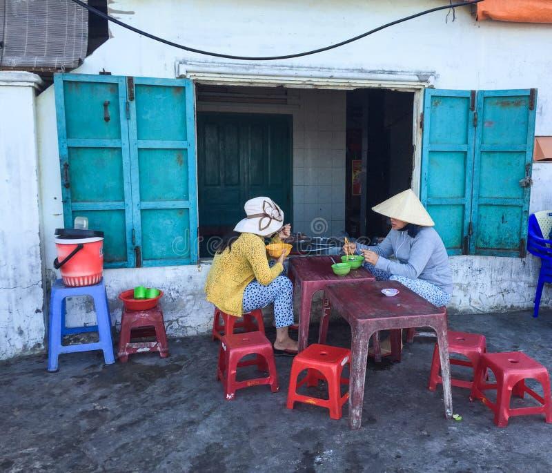 Gente que come las comidas de la calle en Vung Tau, Vietnam fotos de archivo libres de regalías