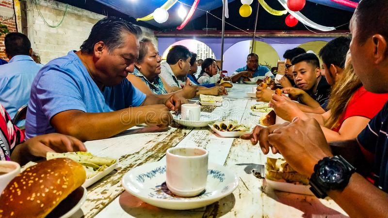 Gente que comparte una comida en el Calenda San Pedro en San Pedro Apostal fotos de archivo libres de regalías