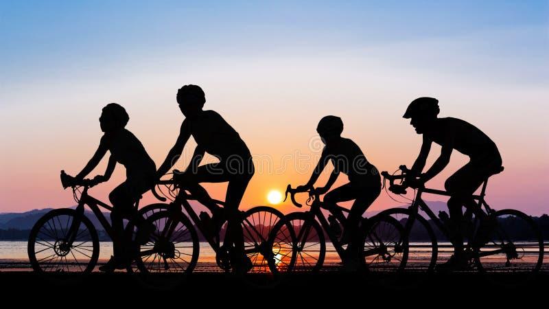 Gente que completa un ciclo en la playa foto de archivo