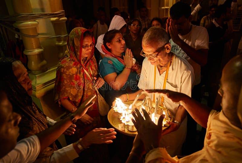 Gente que consigue bendiciones del fuego santo foto de archivo