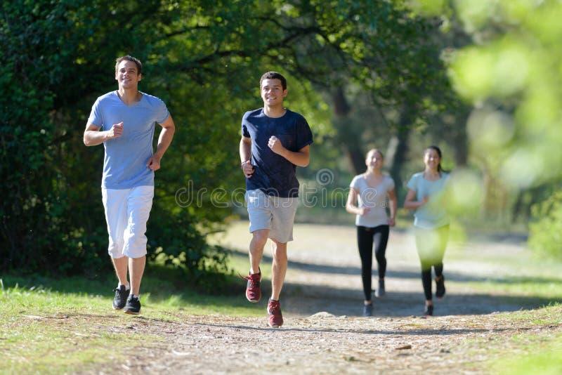 Gente que corre en bosque imagen de archivo libre de regalías