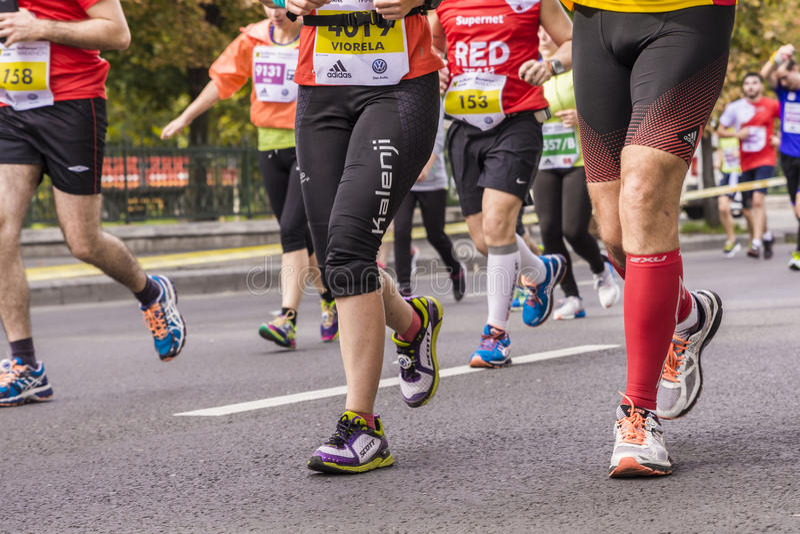Gente que corre en el maratón imagenes de archivo