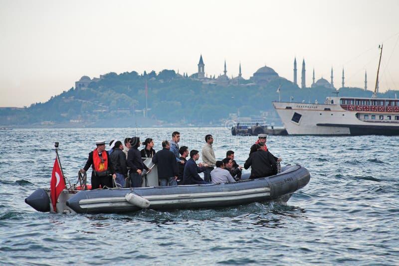 Gente que cruza el Bosphorus en un barco de goma imágenes de archivo libres de regalías