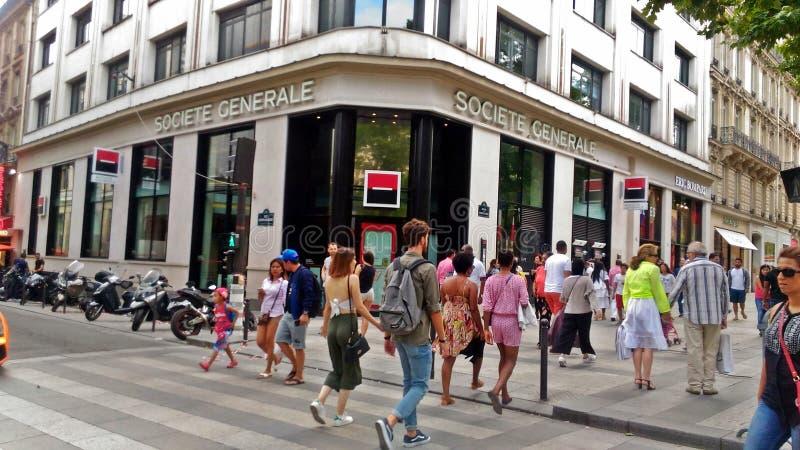 Gente que cruza las calles de París foto de archivo libre de regalías