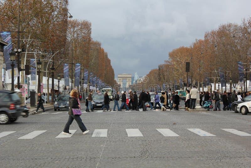 Gente que cruza a los campeones élysées en París, Francia imagen de archivo