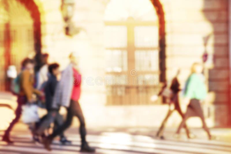 Gente que cruza una calle stock de ilustración