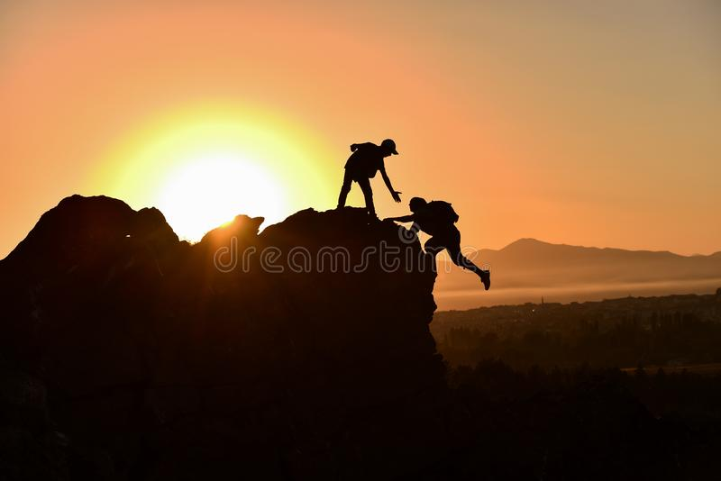 gente que da ayuda, la ayuda y la moral en las montañas imagen de archivo libre de regalías