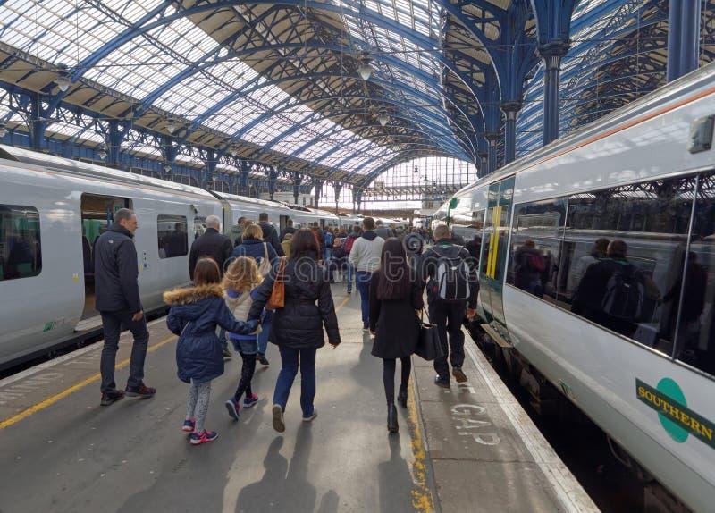 Gente que deja el tren en la estación de tren en Brighton, Reino Unido fotografía de archivo libre de regalías