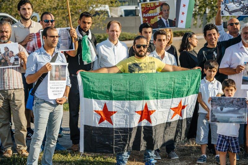Gente que denuncia los ataques aéreos sirios en la Duma imágenes de archivo libres de regalías