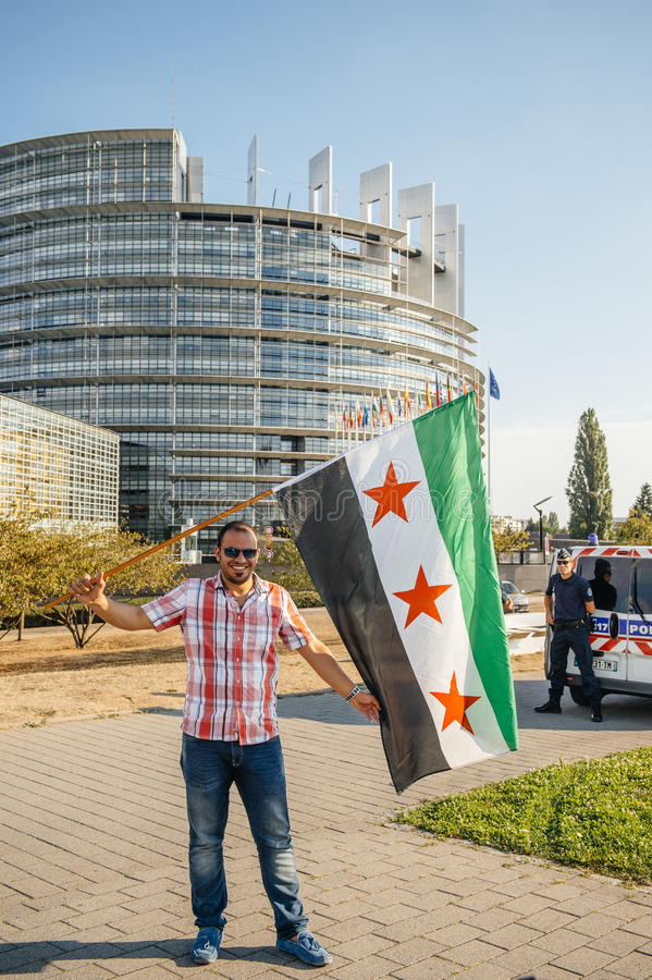 Gente que denuncia los ataques aéreos sirios en la Duma imagen de archivo libre de regalías