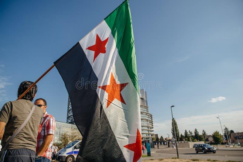 Gente que denuncia los ataques aéreos sirios en la Duma fotografía de archivo libre de regalías