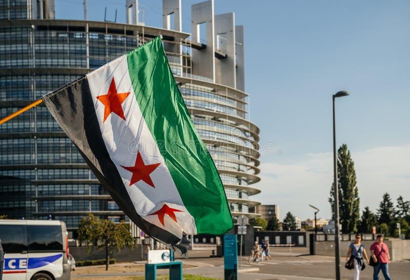 Gente que denuncia los ataques aéreos sirios en la Duma imagen de archivo
